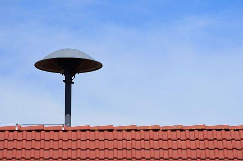 Sirene auf einem Hausdach