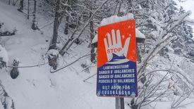 Schneelandschaft mit Schild Lawinengefahr